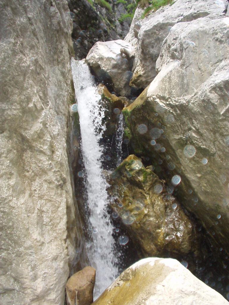 Piccola cascata lungo la forra
